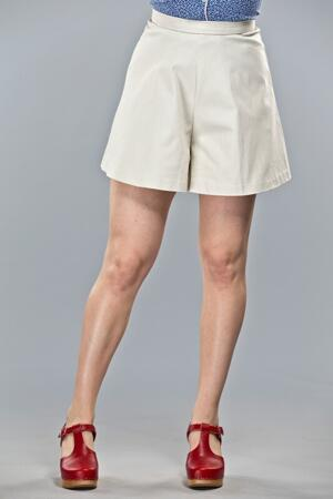 the sunbathing sailor shorts. Cream white structure